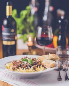 ястие с говеждо месо и вино